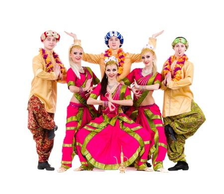 bollywood: dance team gekleed in Indiase kostuums poseren geïsoleerd op een witte achtergrond in volle lengte Stockfoto