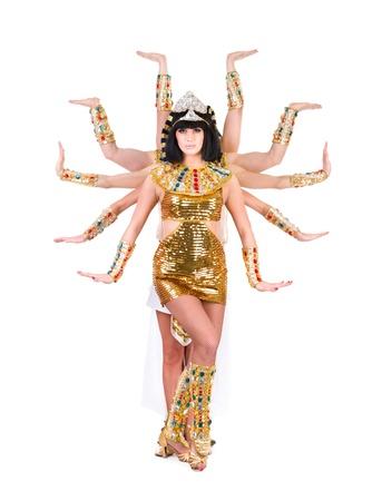 Ballando faraone donna che indossa un costume egiziano isolato su sfondo bianco in piena lunghezza