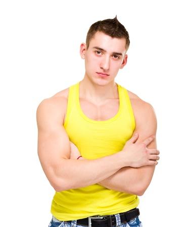 nackte brust: Fashion Portrait der jungen schönen Mann im gelben T-Shirt posiert auf weißem Hintergrund isoliert