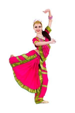 danseuse orientale: pleine longueur portrait de femme qui danse indienne en studio isolé sur fond blanc