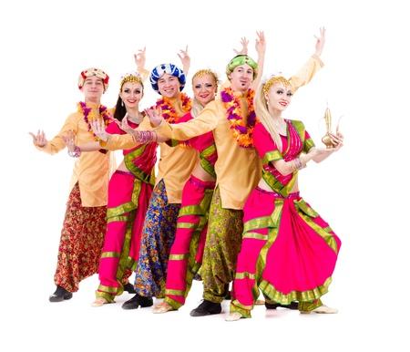 bollywood: equipo de baile vestidos con trajes indios posando aislado en el fondo blanco en longitud completa