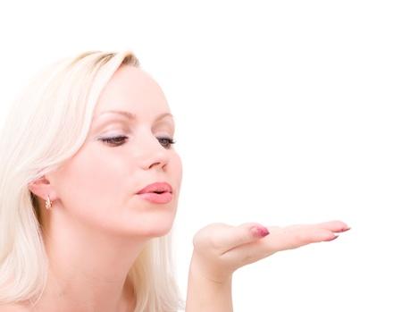 handkuss: Junge blonde Frau bläst beim Senden eines Luft Kuss vor einem weißen Hintergrund Lizenzfreie Bilder