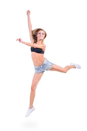 sexy jeans: Mujer bonita que presenta en pantalones vaqueros cortocircuitos atractivos. Aislado en el fondo blanco