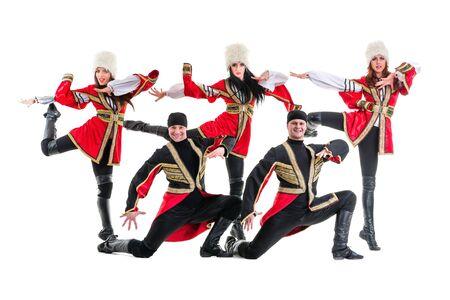 highlander: Squadra ballerino indossa un popolo caucasico costumi highlander danza. Isolato su sfondo bianco in piena lunghezza. Archivio Fotografico