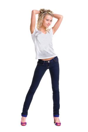 cuerpo humano: Hermosas de la mujer joven de 20 a�os rubia de pie de cuerpo completo en jeans aisladas sobre fondo blanco chica de raza blanca
