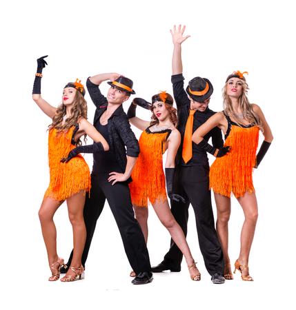 grupo de hombres: Cabaret bailando equipo de bailarina. Estilo de la moda retro, aislado sobre fondo blanco en longitud completa.