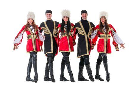 highlander: Equipo Dancer lleva un popular Europeo trajes montañés baile. Aislado en el fondo blanco de longitud completa.