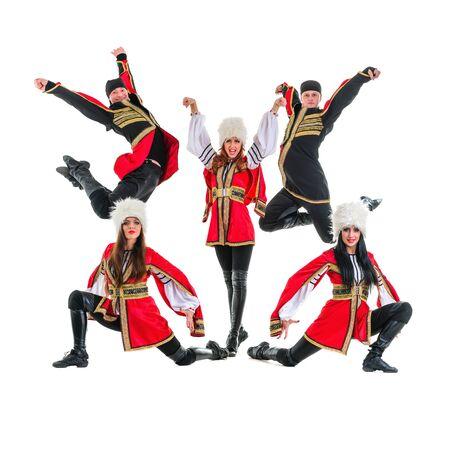 highlander: Equipo Dancer lleva un popular Europeo trajes monta��s saltar. Aislado en el fondo blanco en longitud completa.