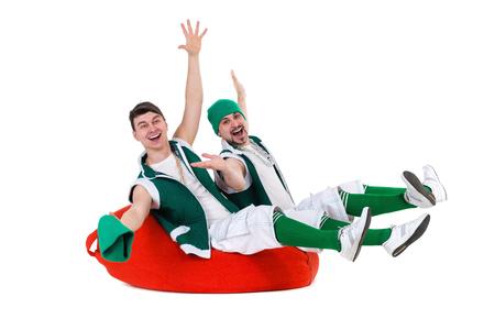 gnomos: gente amable vestida como una gnomos se divierten y disfrutan. Aislado en el fondo blanco de longitud completa. Foto de archivo