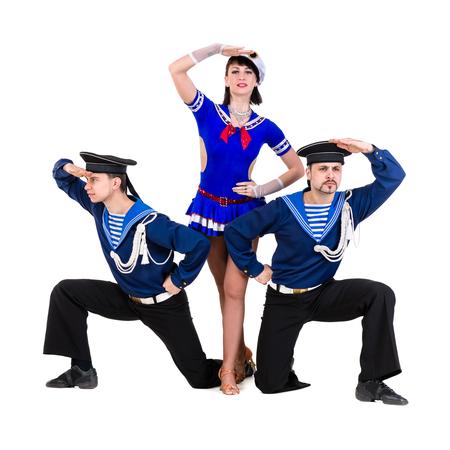 marinero: equipo de bailarina vestida como marineros posando. Aislado en el fondo blanco en longitud completa.