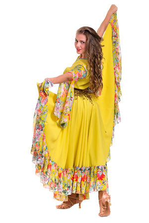 bailarina de flamenco: Flamenco bailarina mujer posando, aislado en fondo blanco de longitud completa