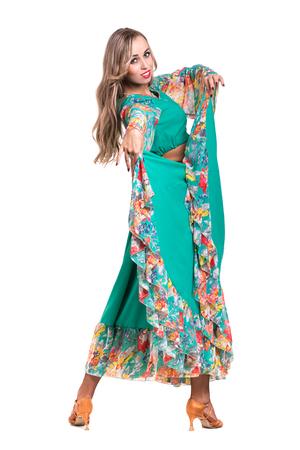 danseuse de flamenco: Flamenco posant danseuse, isol� sur fond blanc en pleine longueur