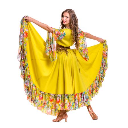 bailando flamenco: Flamenco bailarina mujer posando, aislado en fondo blanco de longitud completa