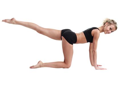 aerobics: La aptitud de los aer�bicos instructor de la mujer el ejercicio, aislado en todo el cuerpo. Modelo femenino ajuste energ�tico gimnasio.