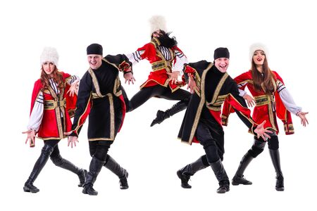 highlander: equipo de bailarina que lleva un popular Europeo trajes Highlander baile. Aislado en el fondo blanco de longitud completa. Foto de archivo