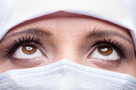 enfermera con cofia: Close-up of doctor wearing surgical cap and mask Foto de archivo