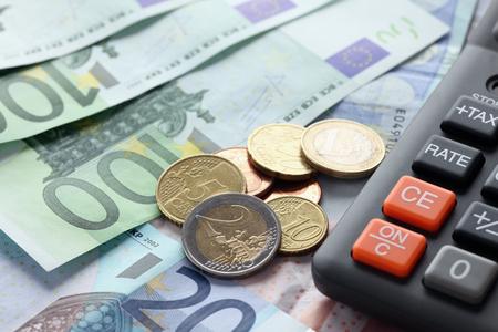 Calculator met eurobiljetten en -munten. Finance concept. Dichtbij.