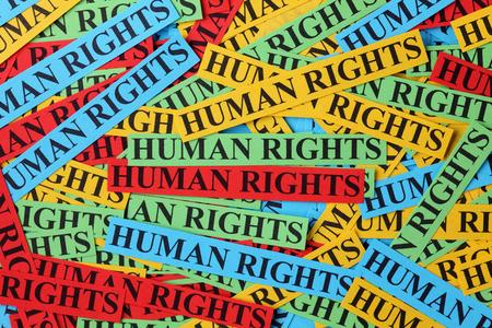 """derechos humanos: Pila de papel colorido observa con palabras """"derechos humanos"""". Concepto de los derechos humanos."""