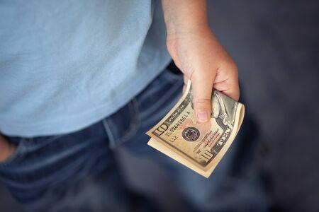 dollaro: Giovane ragazzo tiene dieci dollari. Archivio Fotografico