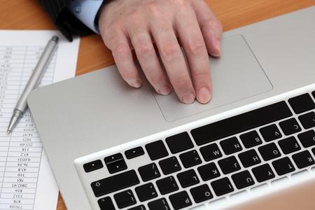 仕事でノート パソコンを使用しての実業家。クローズ アップ。 写真素材