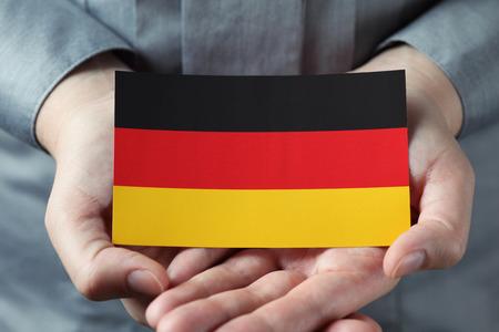 caring hands: Zorgzame handen houd de Duitse vlag. Liefde voor het land.
