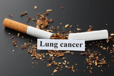 """lungenkrebs: Gebrochene Zigarette mit der Meldung """"Lungenkrebs"""". Schwarzer Hintergrund. Aufh�ren zu rauchen! Lizenzfreie Bilder"""