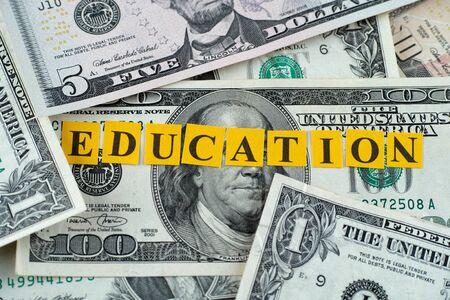 dollaro: Costo della Pubblica Istruzione. Formazione di parola sulle banconote in dollari. Archivio Fotografico