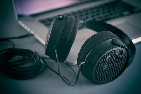 audifonos: Hi-Fi auriculares en un ordenador portátil en el estudio.
