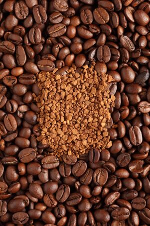 instant coffee: Coffee beans and instant coffee. Close-up.