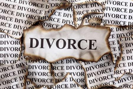 divorcio: Divorcio quemado. Pedazos quemados de papel con la palabra