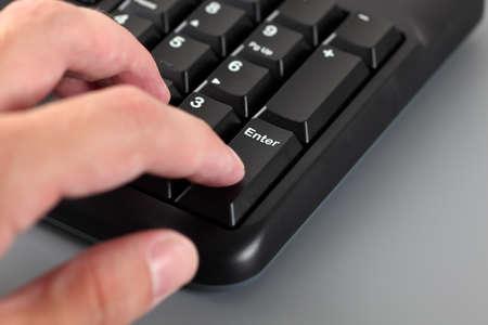 teclado numérico: Mano escribiendo del hombre en el teclado numérico del teclado del equipo negro. De cerca. Foto de archivo