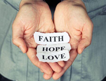 geloof hoop liefde: Gescheurde stukjes papier met de woorden: Faith Hope Love