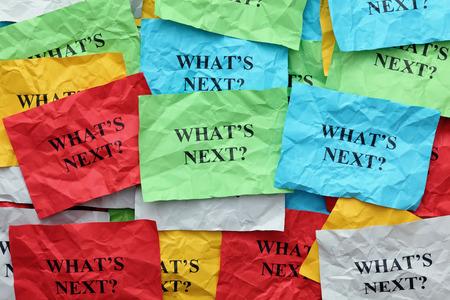 「次は何?」の質問にカラフルな紙のノートをくしゃくしゃ。