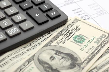 財務諸表。電卓、財務諸表上のドル。1 質点。クローズ アップ。