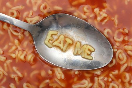 スプーンでアルファベットの文字は、「私を食べて」を綴る。アルファベット スープ パスタ。クローズ アップ。
