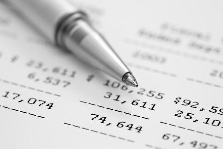 財務諸表。財務諸表のボールペンです。黒と白。1 質点。クローズ アップ。