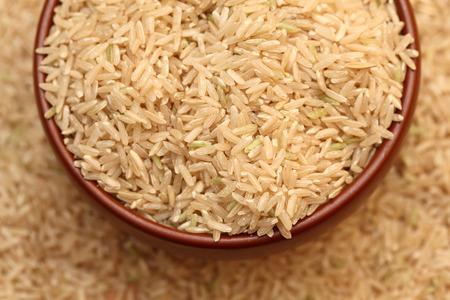 arroz: Arroz sin procesar en un tazón. Enfoque selectivo. Acercamiento. Foto de archivo