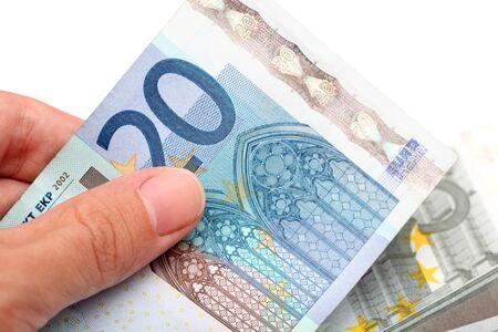 banconote euro: Euro banconote in mano contro sfondo bianco. Avvicinamento.