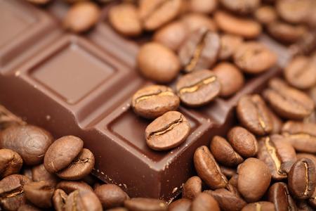 コーヒー豆とチョコレートのクローズ アップ。