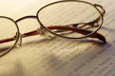 gafas de lectura: Primer plano de libro abierto y gafas de lectura Foto de archivo