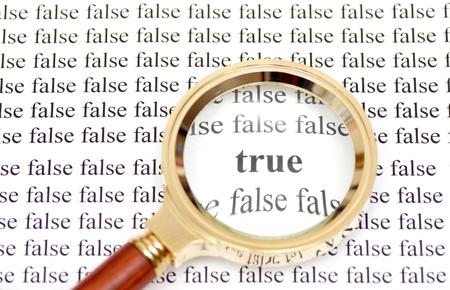 """falso: Lupa que muestra la palabra cristal """"verdadero"""" en torno a las palabras 'falsa' Foto de archivo"""