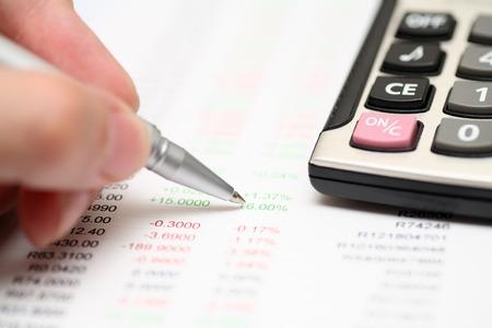 財務諸表の分析。クローズ アップ。ペンに焦点を当てます。 写真素材