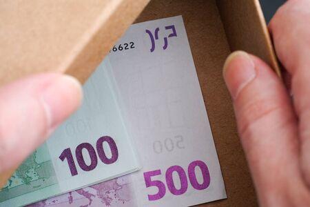 banconote euro: Mani scatola aperta con banconote in euro in essa. Immagine concettuale. Archivio Fotografico