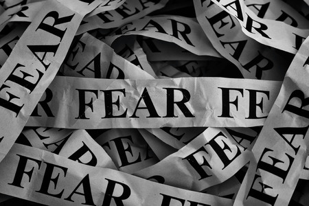 恐怖の単語でしわくちゃの紙作品。