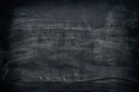 黒の汚れた黒板背景。ビネット。