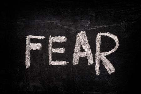 黒板チョークで書く単語の恐怖。クローズ アップ。