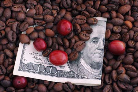 frijoles rojos: Tostado y granos de caf� rojos crudos en billete de cien d�lares. Precio del concepto de caf�. De cerca. Foto de archivo