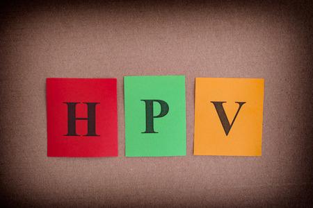 HPV (ヒトパピ ローマ ウイルス)。HPV の略語でカラフルな紙のノート。