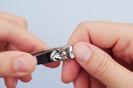 爪切りで爪を切る女。クローズ アップ。