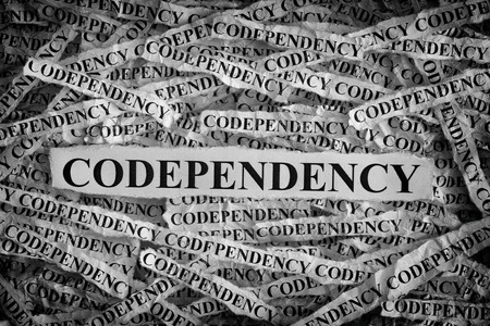 종속성. Codependency라는 단어로 찢어진 종이 조각. 개념 이미지입니다. 검정색과 흰색. 닫다.